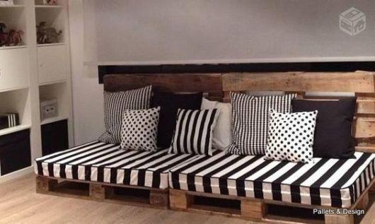 sofá preto e branco