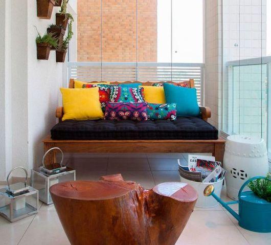 sacada com sofá de madeira