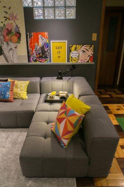 sofá de canto com almofadas coloridas