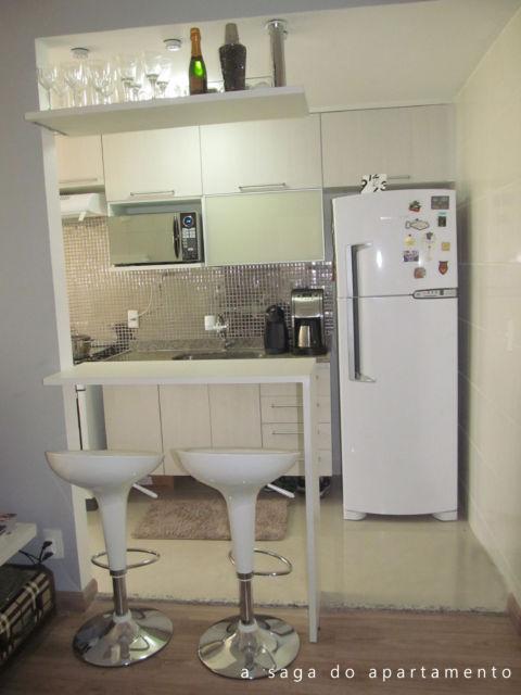 Bancada de madeira para cozinha em cor branca no conceito minimalista do cômodo
