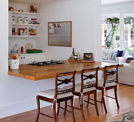 Que tal criar uma área gourmet sofisticada com uma bancada e móveis de qualidade?
