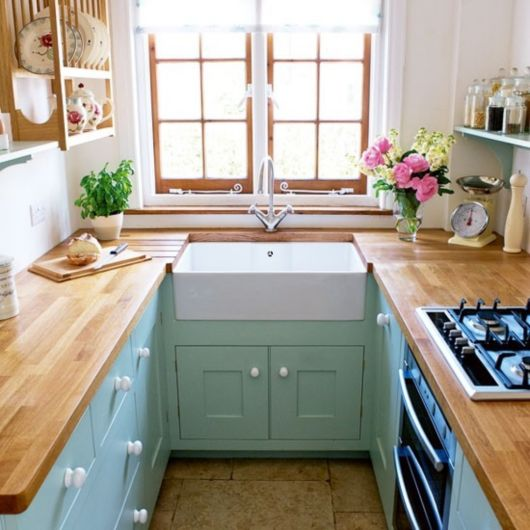 O balcão de madeira também é adequado para cozinhas pequenas