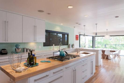 Você pode até projetar o fogão e um armário em um balcão grande