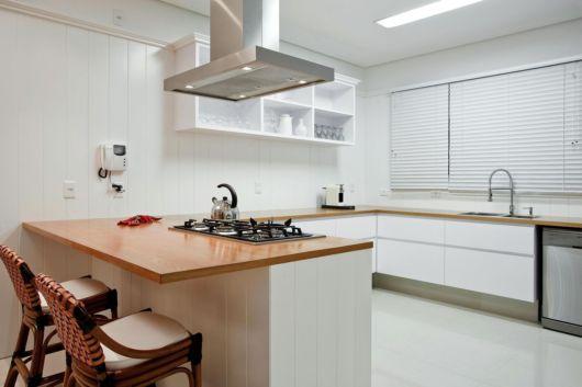 Além de um espaço ideal para fazer as refeições, aproveite o balcão para instalar um cooktop
