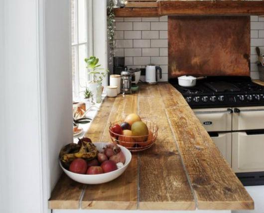 A madeira rústica dá um charme incrível à cozinha, além de ser muito resistente