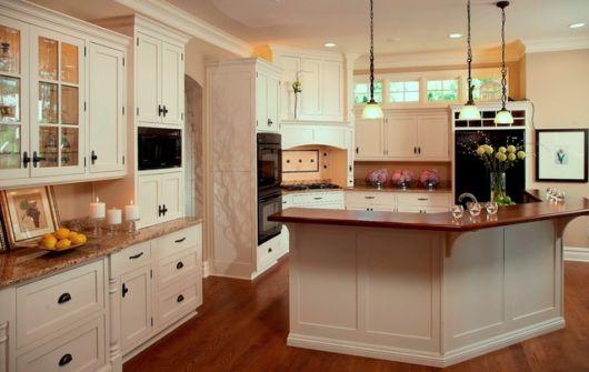 Esse projeto deixa o ambiente coerente e equilibrado, tanto com os móveis quanto com a bancada e o piso de madeira