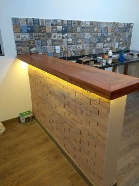 Balcão de madeira com tijolinhos para criar um ambiente rústico