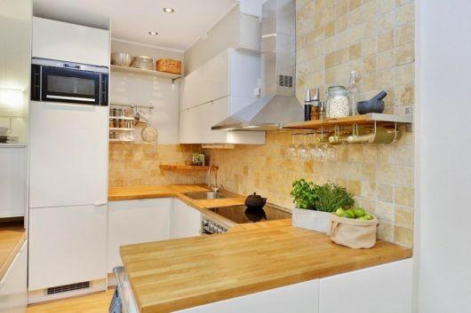 Madeira combina perfeitamente com um ambiente minimalista e móveis em branco