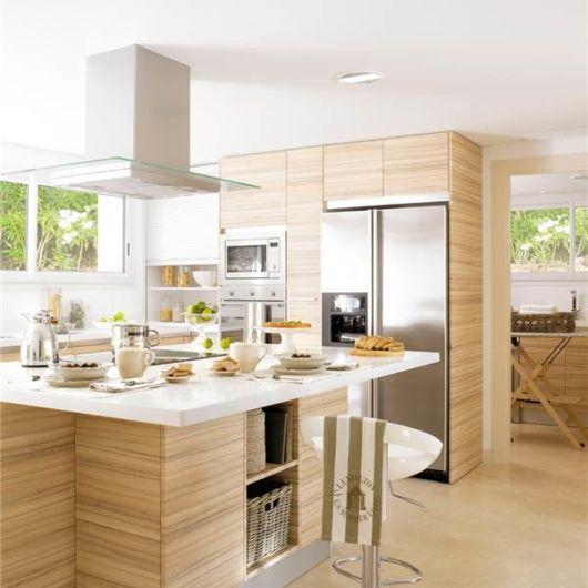 Veja como o revestimento de madeira em várias partes deixa a cozinha mais bonita e harmônica