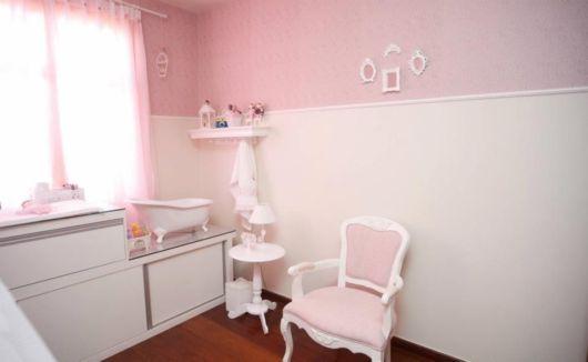 Para o quarto feminino, uma cadeira grande em linhas provençais
