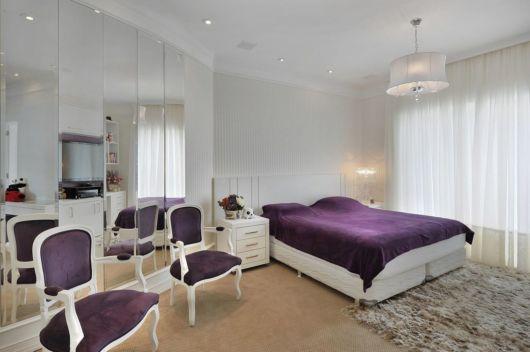 Para quem prefere uma cadeira para quarto vintage, esse modelo roxo é uma boa ideia