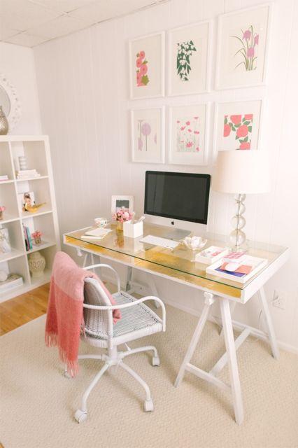 Cadeira branca combinando com a mesa