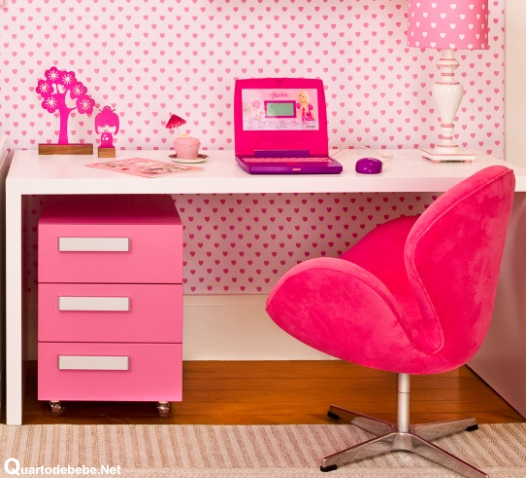 Cadeira rosa combinando com o cômodo e o computador