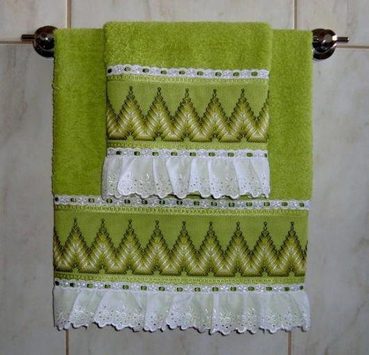 As fitas ajudam a finalizar a decoração das toalhas