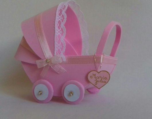 carrinho de bebê em EVA rosa