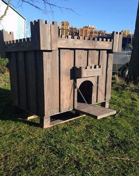 Que tal uma casinha de cachorro grande que lembra um castelo medieval?