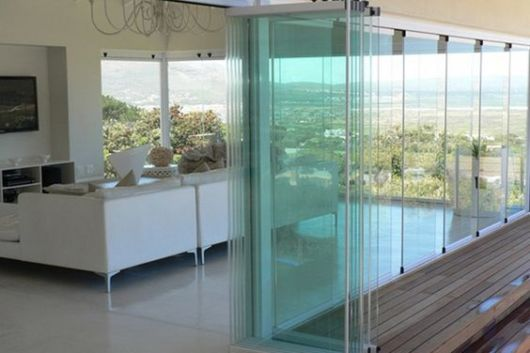 sala com parede de vidro