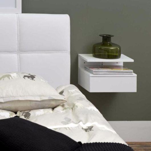 Criado mudo branco, pequeno e suspenso na parede