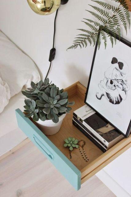 Para um criado mudo moderno suspenso, que tal adaptar uma gaveta na parede, ao lado da cama?