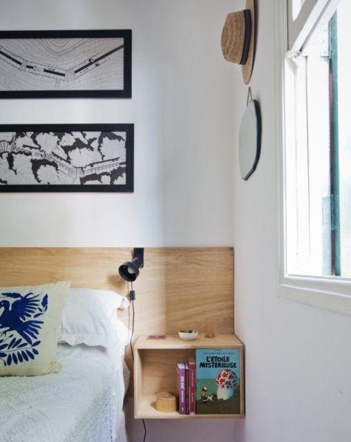 Esse modelo de madeira é acoplado diretamente à cabeceira da cama