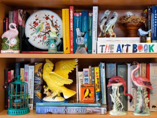 enfeites para estantes com livros