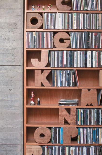 letras em madeira em enfeites para estante