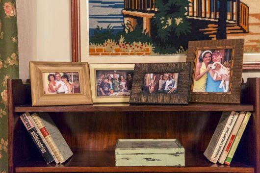 porta retrato com foto de família em enfeites para estante