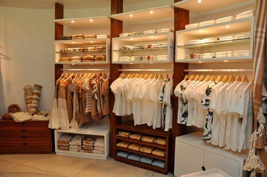 Estantes e nichos de madeira são clássicos para lojas