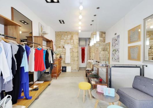 Loja moderna com decoração simples