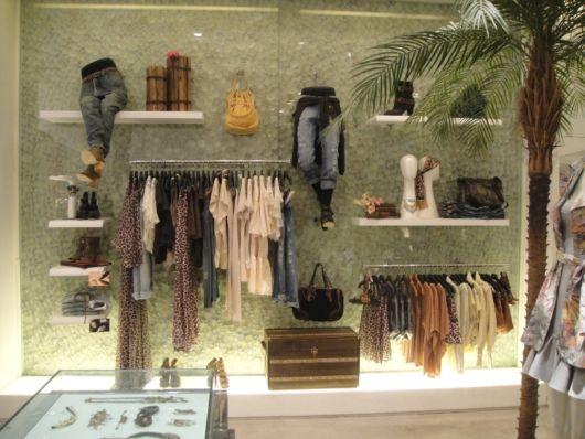 Loja de moda feminina com decoração moderna