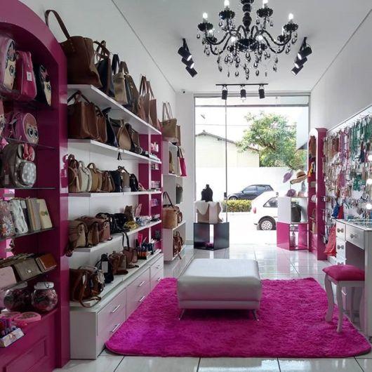 Decoração para loja de bolsas e acessórios com a cor pink