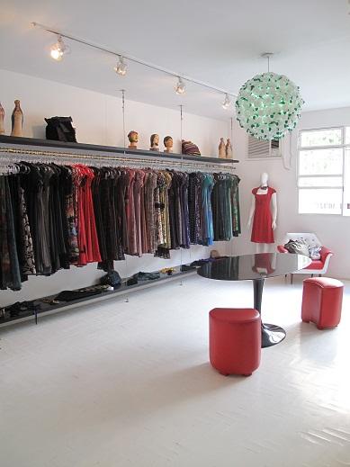 Ideia de araras organizadas para lojas modernas