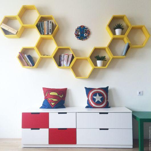 Decoração de quarto infantil com nichos colmeias amarelos