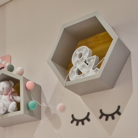 Quarto de bebê com nicho branco colmeia