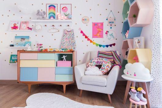 Deixe o quarto do bebê mais alegre com os nichos coloridos