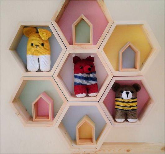 Composição de nichos colmeia para quarto de bebê