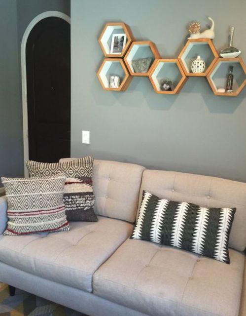 Componha a decoração de sua sala com nichos colmeia