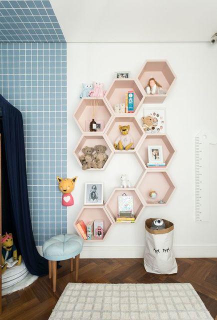 Os nichos colmeia são excelentes para decorar quartos de bebê