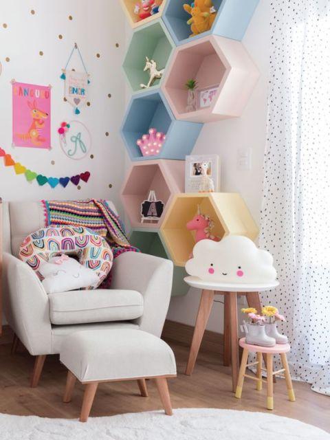 Você pode escolher nichos colmeia coloridos para quartos de bebê