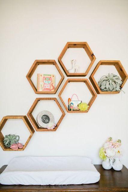 Os nichos de madeira combinam com quartos de bebê clássicos