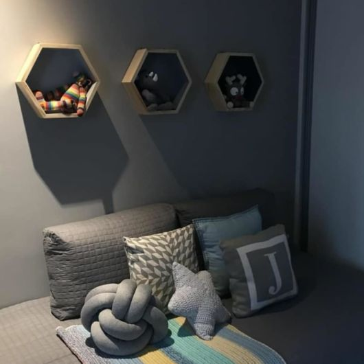 Dica de decoração de quarto de bebê com nichos colmeia cinzas