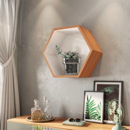 Sala decorada com nicho colmeia