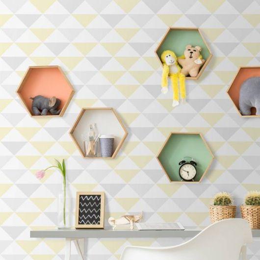 Combine nichos coloridos colmeias com papel de parede
