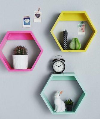 Inspiração de decoração com nichos coloridos colmeia
