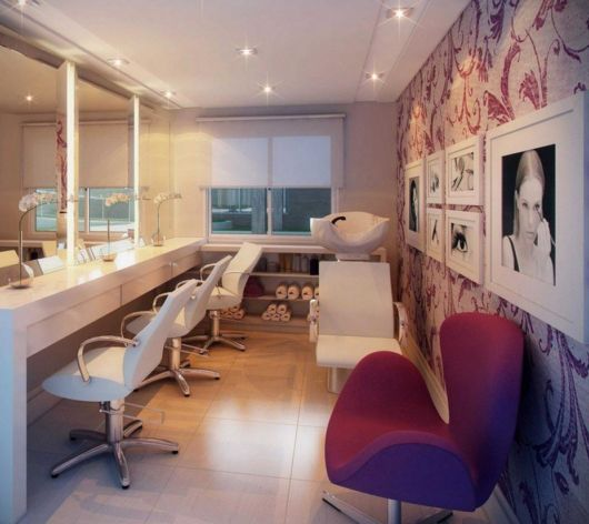 O papel de parede para salão de beleza ajuda a destacar o ambiente