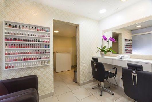os papeis de parede clarinhos são mais fáceis de combinar com o salão de beleza