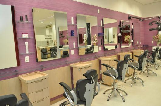 Papel de parede unicolor para dar mais cor ao salão de beleza