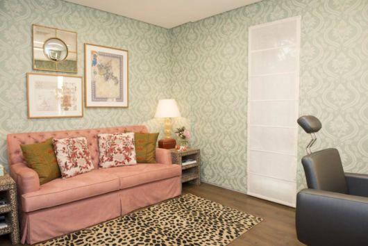 Sala de estar de salão de beleza com papel de parede