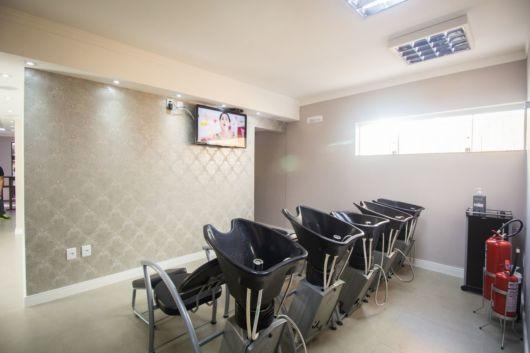 Salão de beleza pequeno com papel de parede sóbrio