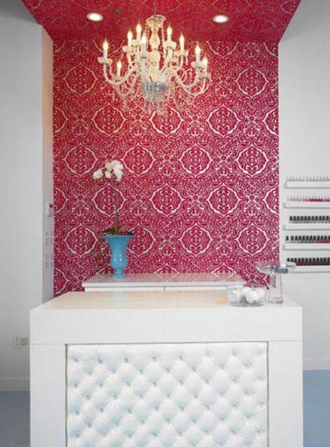 Uma dica é aplicar o papel de parede em um canto específico salão de beleza